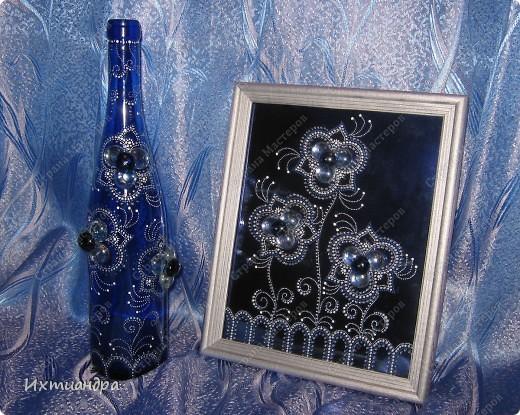 Мерцанье синевы...Именно так я назвала свою раннюю работу - красивую синюю бутыль, расписанную серебряными контурами http://stranamasterov.ru/node/357385. А теперь представляю новоиспеченный дуэт! Бутылочка и панно.  Обе работы объединены общим стилем рисунка и цвета. фото 1