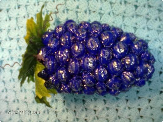 """Здравствуйте! Давно хотела сделать необычный букетик из конфет. Думаю, """"Клубника"""" получилась.))) фото 4"""