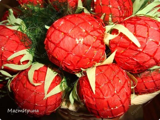 """Здравствуйте! Давно хотела сделать необычный букетик из конфет. Думаю, """"Клубника"""" получилась.))) фото 2"""