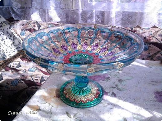 Лежали в доме невостребованными старая стеклянная посуда еще времен моей бабушки и какая-то старая колба. Выбросить жалко... Думаю: дай-ка я их распишу красками для стекла и керамики.  Конечно опыта у меня в этом деле нет(рука трясется, держа кисочку), поэтому получилось коряво. Зато теперь эта посуда получила вторую жизнь.  Еще одна ваза(не сфотографировала) уехала жить  на дачу( к  племяннице). фото 5
