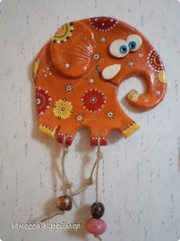 Вот еще слоны на ваш суд...теперь оранжевый...покрашен гуашью,потом лаком.а после акриловыми контурами в точечной росписи... фото 1