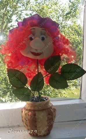 Срочно понадобился подарок на День рождения для девушки. Уменя в наличии были розы от пано http://stranamasterov.ru/node/100281 , несколько кукольных личиков. Вазочку сходила купила, камушки для грунта достала из аквариума. Горшочек легкий и на дно приклеила пару заглушек от батарей (выпросила у мужа он сантехник и у него много всяких тяжелых железок). И вот результат мениннице понравилось. фото 1