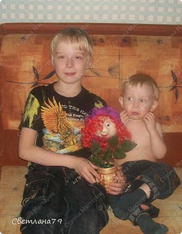 Срочно понадобился подарок на День рождения для девушки. Уменя в наличии были розы от пано http://stranamasterov.ru/node/100281 , несколько кукольных личиков. Вазочку сходила купила, камушки для грунта достала из аквариума. Горшочек легкий и на дно приклеила пару заглушек от батарей (выпросила у мужа он сантехник и у него много всяких тяжелых железок). И вот результат мениннице понравилось. фото 5