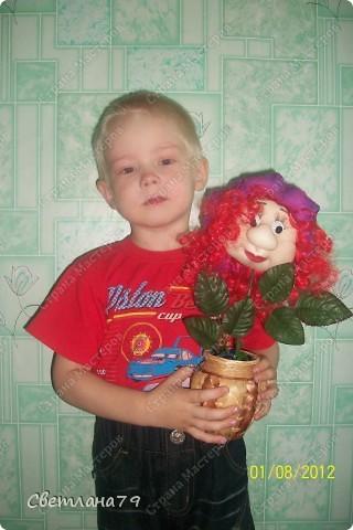 Срочно понадобился подарок на День рождения для девушки. Уменя в наличии были розы от пано http://stranamasterov.ru/node/100281 , несколько кукольных личиков. Вазочку сходила купила, камушки для грунта достала из аквариума. Горшочек легкий и на дно приклеила пару заглушек от батарей (выпросила у мужа он сантехник и у него много всяких тяжелых железок). И вот результат мениннице понравилось. фото 6