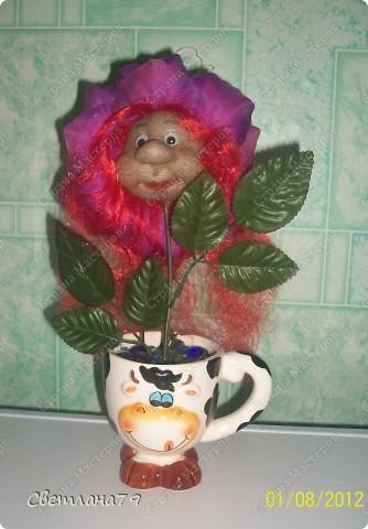 Срочно понадобился подарок на День рождения для девушки. Уменя в наличии были розы от пано http://stranamasterov.ru/node/100281 , несколько кукольных личиков. Вазочку сходила купила, камушки для грунта достала из аквариума. Горшочек легкий и на дно приклеила пару заглушек от батарей (выпросила у мужа он сантехник и у него много всяких тяжелых железок). И вот результат мениннице понравилось. фото 3