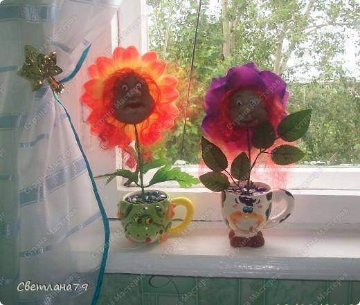 Срочно понадобился подарок на День рождения для девушки. Уменя в наличии были розы от пано http://stranamasterov.ru/node/100281 , несколько кукольных личиков. Вазочку сходила купила, камушки для грунта достала из аквариума. Горшочек легкий и на дно приклеила пару заглушек от батарей (выпросила у мужа он сантехник и у него много всяких тяжелых железок). И вот результат мениннице понравилось. фото 2