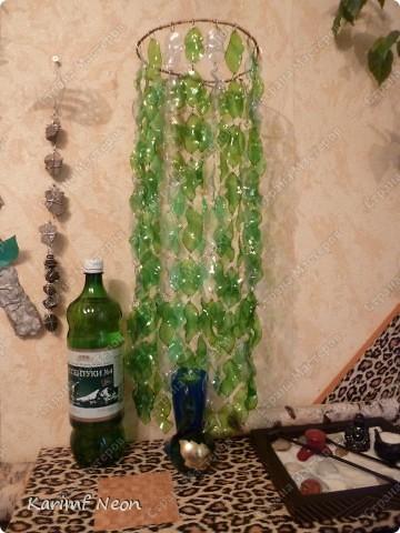 Особо и рассказывать нечего :)) Из 7 бутылок Есентуки-4 вырезал 170 листиков и сформировал их форму над свечкой (как я обычно делаю:) ) . Колечки из проволоки, как и кольцо (основа) наверху.  фото 1