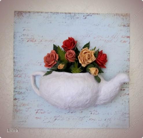 Первая попытка сделать папье-маше - это небольшая чашка (делала месяц назад). Это вторая попытка - чайник. А в него поместился вот такой вот букетик самых любимых цветов - роз!   фото 2