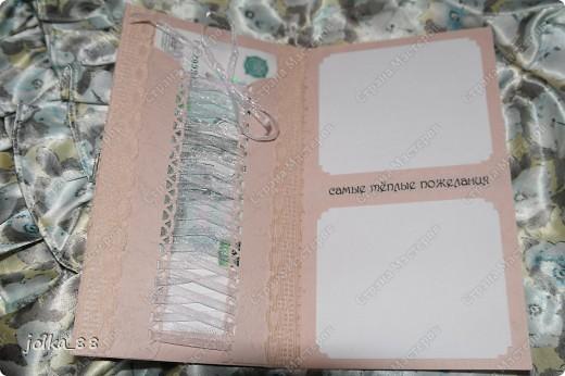 """Заказала у меня девочка открытку с надписью """"Любимой мамочке в день рождения"""" с конвертом для денег. Всегда слово """"мама"""" таит в себе что-то доброе и нежное, поэтому захотелось увидеть в открыточке тёплые, не кричащие оттенки.  Основа открытки - матовый текстурированный картон светло-розового цвета. Фон - скрап-бумага с надписями бежево-розовых тонов. Края бумаги я затенила коричневыми тенями. Для украшения были использованы шифоновая и атласная лента, подвеска """"цветочек"""", цветочки-четырёхлистки, самодельная гордения, скелетированный листик, полубусины. фото 3"""
