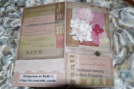 """Заказала у меня девочка открытку с надписью """"Любимой мамочке в день рождения"""" с конвертом для денег. Всегда слово """"мама"""" таит в себе что-то доброе и нежное, поэтому захотелось увидеть в открыточке тёплые, не кричащие оттенки.  Основа открытки - матовый текстурированный картон светло-розового цвета. Фон - скрап-бумага с надписями бежево-розовых тонов. Края бумаги я затенила коричневыми тенями. Для украшения были использованы шифоновая и атласная лента, подвеска """"цветочек"""", цветочки-четырёхлистки, самодельная гордения, скелетированный листик, полубусины. фото 5"""