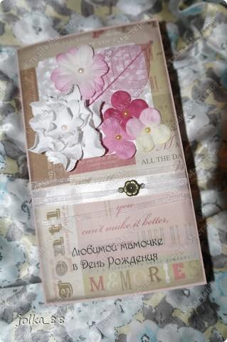 """Заказала у меня девочка открытку с надписью """"Любимой мамочке в день рождения"""" с конвертом для денег. Всегда слово """"мама"""" таит в себе что-то доброе и нежное, поэтому захотелось увидеть в открыточке тёплые, не кричащие оттенки.  Основа открытки - матовый текстурированный картон светло-розового цвета. Фон - скрап-бумага с надписями бежево-розовых тонов. Края бумаги я затенила коричневыми тенями. Для украшения были использованы шифоновая и атласная лента, подвеска """"цветочек"""", цветочки-четырёхлистки, самодельная гордения, скелетированный листик, полубусины. фото 1"""