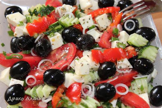Всем добрый вечер!!! А у меня разгрузочные дни практически))))) Вот таким легким, но очень вкусным салатиком я себя балую. Греческий салат, все знают рецептик, но повторюсь. Помидор -1 штука, огурец-1 штука, перец болгарский-1штука, маслины без косточек, лук, ну и конечно же брынза и оливковое масло. В этом салатик добавила прованские травки очень вкусненько. фото 2