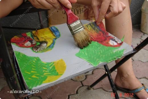 нам понадобиться: 1) Салфетки или газеты 2) Клей ПВА (если нет то можно и другой) 3) Акриловые краски (которые рисуют по металлу) 4) Кисть для рисования, кисть для строительных работ 5) Ножницы 6) Лак для дерева 7) масляная основа КРАСКА 8) чуть не забыла стулья фото 3