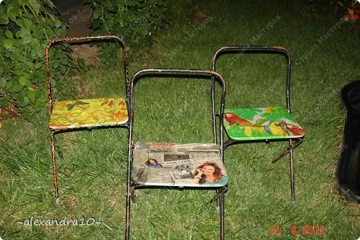 нам понадобиться: 1) Салфетки или газеты 2) Клей ПВА (если нет то можно и другой) 3) Акриловые краски (которые рисуют по металлу) 4) Кисть для рисования, кисть для строительных работ 5) Ножницы 6) Лак для дерева 7) масляная основа КРАСКА 8) чуть не забыла стулья фото 9