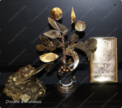 Купила шоколадки , оформленные в виде золотых слитков по 15г. (брусок рядом с деревом). Конфетки съели, а из фольги сделала дерево с монетками фото 2