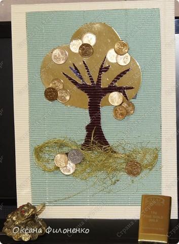 На фото видно плоховато, но крона из золотой фольги, плоды- монеты  5,10, 50-копеечного достоинства