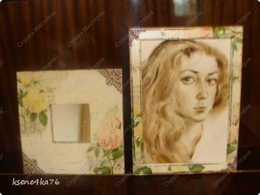 """Здравствуйте, дорогие друзья!!! Давно я засматривалась на технику Шебби-шик и вот я решилась ее сделать. Декорировала два предмета, зеркало и Рамочку для картины, написанной давным-давно... На ней изображена сестра моего мужа, еще в молодости. Каково было мое приятное удивление, когда я этот портрет обнаружила, совершено случайно у нас дома. Мне сразу захотелось преподнести ей его, в душе предвкушая восторг от сюрприза, который получится. Поэтому и возникла идея сделать рамочку и сделать ее в стиле Шебби))). А зеркало я декорировала """"до кучи"""", чтобы получился комплект. Как мне это удалось, судить Вам. Я же, в целом, осталась довольна. Потому что, в  очередной раз, освоила что-то новенькое для себя))) фото 9"""