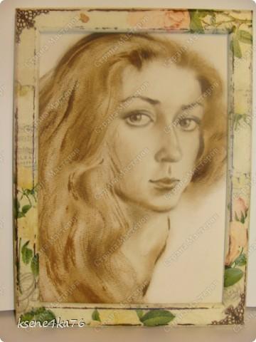 """Здравствуйте, дорогие друзья!!! Давно я засматривалась на технику Шебби-шик и вот я решилась ее сделать. Декорировала два предмета, зеркало и Рамочку для картины, написанной давным-давно... На ней изображена сестра моего мужа, еще в молодости. Каково было мое приятное удивление, когда я этот портрет обнаружила, совершено случайно у нас дома. Мне сразу захотелось преподнести ей его, в душе предвкушая восторг от сюрприза, который получится. Поэтому и возникла идея сделать рамочку и сделать ее в стиле Шебби))). А зеркало я декорировала """"до кучи"""", чтобы получился комплект. Как мне это удалось, судить Вам. Я же, в целом, осталась довольна. Потому что, в  очередной раз, освоила что-то новенькое для себя))) фото 6"""