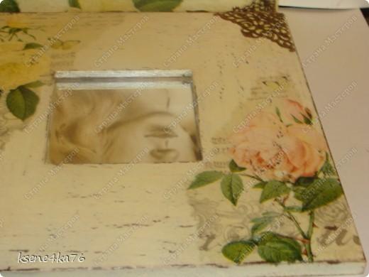 """Здравствуйте, дорогие друзья!!! Давно я засматривалась на технику Шебби-шик и вот я решилась ее сделать. Декорировала два предмета, зеркало и Рамочку для картины, написанной давным-давно... На ней изображена сестра моего мужа, еще в молодости. Каково было мое приятное удивление, когда я этот портрет обнаружила, совершено случайно у нас дома. Мне сразу захотелось преподнести ей его, в душе предвкушая восторг от сюрприза, который получится. Поэтому и возникла идея сделать рамочку и сделать ее в стиле Шебби))). А зеркало я декорировала """"до кучи"""", чтобы получился комплект. Как мне это удалось, судить Вам. Я же, в целом, осталась довольна. Потому что, в  очередной раз, освоила что-то новенькое для себя))) фото 4"""