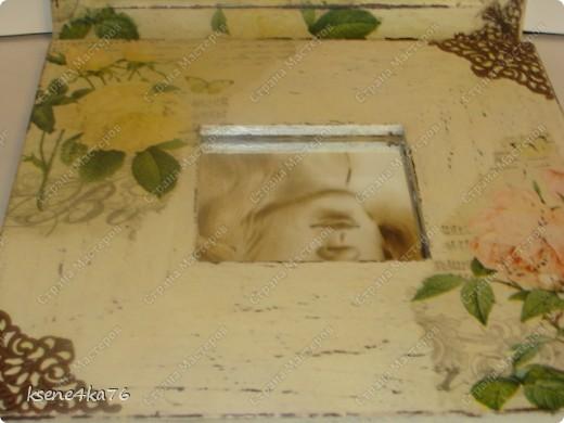 """Здравствуйте, дорогие друзья!!! Давно я засматривалась на технику Шебби-шик и вот я решилась ее сделать. Декорировала два предмета, зеркало и Рамочку для картины, написанной давным-давно... На ней изображена сестра моего мужа, еще в молодости. Каково было мое приятное удивление, когда я этот портрет обнаружила, совершено случайно у нас дома. Мне сразу захотелось преподнести ей его, в душе предвкушая восторг от сюрприза, который получится. Поэтому и возникла идея сделать рамочку и сделать ее в стиле Шебби))). А зеркало я декорировала """"до кучи"""", чтобы получился комплект. Как мне это удалось, судить Вам. Я же, в целом, осталась довольна. Потому что, в  очередной раз, освоила что-то новенькое для себя))) фото 5"""