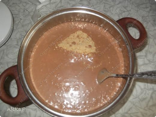 Почти как в детстве. Необходимо: 200 г сливочного масла; 1 банка сгущенки; 2 ст. л. какао; 2 ст.л. коньяка; 600 г любого песочного печенья; сахарная пудра для посыпки фото 7