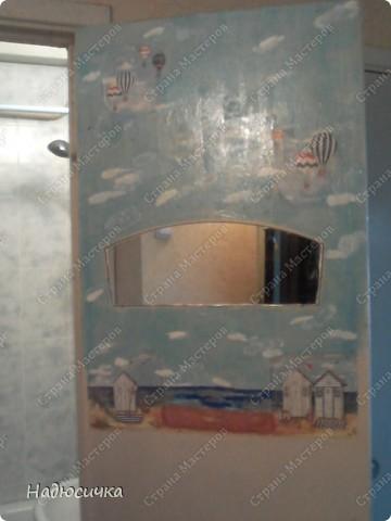 Да... Остапа понесо... ручки мои так и чешутся что-нибудь в доме задекупажить :) Вот, муж наконец-то доделал кафель в ванной и я решила приукрасить старые двери, поскольку замена на новые не входила в планы :) Извините за качество фото, но уж очень хотелось похвастаться . Рисовала я в детстве неплохо, поэтому решила рискнуть и фон подрисовывала сама (акрил+ гуашь, а основные сюжеты, конечно, уже не мои  фото 1