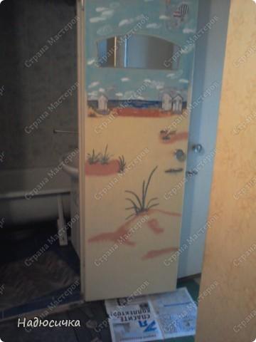 Да... Остапа понесо... ручки мои так и чешутся что-нибудь в доме задекупажить :) Вот, муж наконец-то доделал кафель в ванной и я решила приукрасить старые двери, поскольку замена на новые не входила в планы :) Извините за качество фото, но уж очень хотелось похвастаться . Рисовала я в детстве неплохо, поэтому решила рискнуть и фон подрисовывала сама (акрил+ гуашь, а основные сюжеты, конечно, уже не мои  фото 4