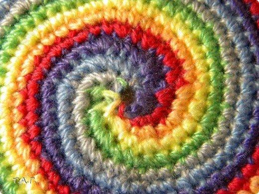 Спираль - символизирует движения к центру. Движение к просветлению и мудрости, поэтому спираль часто изображают в виде свернувшейся змеи. Спираль - символ развития и вечного изменения. Развитие всего в мире совершается по принципу спирали. Каждый виток - конец одного цикла и начало другого. Спираль - символ циклических ритмов: смена времен года, рост и убывание луны, рождение и смерть человека. Спираль - ритм жизни. фото 10