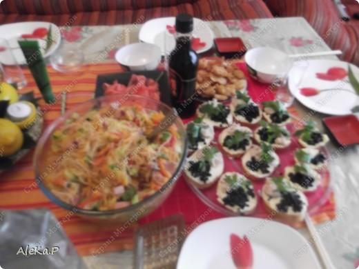 Ни так давно у мужа был день рождения, муж праздновать совсем не хотел, но в тайне от него я устроила ему сюрприз, он любит японскую кухню, вот я и приготовила вечеринку в японском стиле. Муж был приятно удивлен и попросту обалдел:)))))) Стены украшали веера, бумажный фонарик, на столе тоже очень много подходящих атрибутов. Я выглядела в виде гейши, правда беременной гейши:)))))))))))), в кимоно смотрелась смешно, фотографию выставлять не буду. Музыкальный фон тоже был из национальных мелодий.   На этой фотографии изображена композиция из лимонов, вишневых листочков и свечей, это был своеобразный подсвечник. фото 3