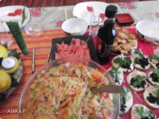 Ни так давно у мужа был день рождения, муж праздновать совсем не хотел, но в тайне от него я устроила ему сюрприз, он любит японскую кухню, вот я и приготовила вечеринку в японском стиле. Муж был приятно удивлен и попросту обалдел:)))))) Стены украшали веера, бумажный фонарик, на столе тоже очень много подходящих атрибутов. Я выглядела в виде гейши, правда беременной гейши:)))))))))))), в кимоно смотрелась смешно, фотографию выставлять не буду. Музыкальный фон тоже был из национальных мелодий.   На этой фотографии изображена композиция из лимонов, вишневых листочков и свечей, это был своеобразный подсвечник. фото 4