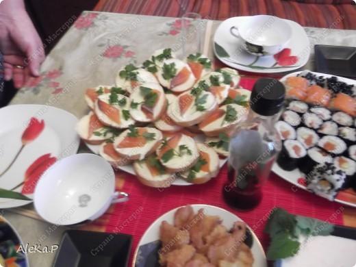 Ни так давно у мужа был день рождения, муж праздновать совсем не хотел, но в тайне от него я устроила ему сюрприз, он любит японскую кухню, вот я и приготовила вечеринку в японском стиле. Муж был приятно удивлен и попросту обалдел:)))))) Стены украшали веера, бумажный фонарик, на столе тоже очень много подходящих атрибутов. Я выглядела в виде гейши, правда беременной гейши:)))))))))))), в кимоно смотрелась смешно, фотографию выставлять не буду. Музыкальный фон тоже был из национальных мелодий.   На этой фотографии изображена композиция из лимонов, вишневых листочков и свечей, это был своеобразный подсвечник. фото 6