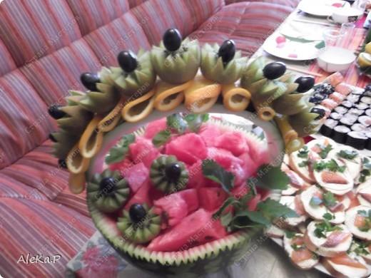 Ни так давно у мужа был день рождения, муж праздновать совсем не хотел, но в тайне от него я устроила ему сюрприз, он любит японскую кухню, вот я и приготовила вечеринку в японском стиле. Муж был приятно удивлен и попросту обалдел:)))))) Стены украшали веера, бумажный фонарик, на столе тоже очень много подходящих атрибутов. Я выглядела в виде гейши, правда беременной гейши:)))))))))))), в кимоно смотрелась смешно, фотографию выставлять не буду. Музыкальный фон тоже был из национальных мелодий.   На этой фотографии изображена композиция из лимонов, вишневых листочков и свечей, это был своеобразный подсвечник. фото 9