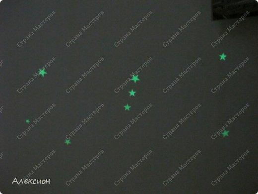 Это само клеящиеся звёздочки, покрытые люминесцентной краской. Ночью светятся как настоящие. Вот пришла в голову мысль наклеить их в виде созвездий  фото 5