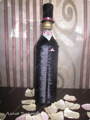 """Эти бутылочки уже у своих владельцев. Ребята хотели классику. А бутылка жениха оказалась намного ниже своей """"подружки"""", пришлось спасать ситуацию и делать ему цилиндр)) Для первого раза, думаю неплохо. фото 4"""