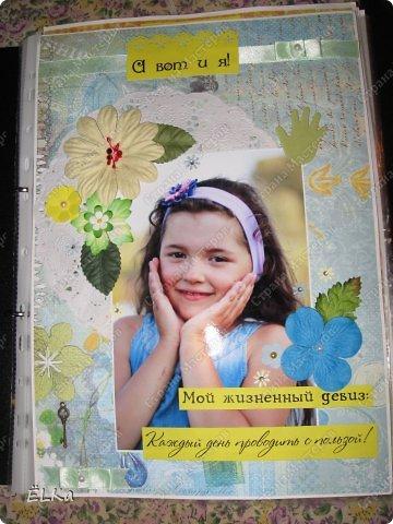 До этого никогда ещё не сталкивалась с портфолио ученика младших классов. Поэтому, когда мне предложили создать нечто подобное, долго не решалась взяться за работу... Обычно такие вещи делаются в фотошопе в едином стиле. Например, как это: http://www.modniedetky.ru/deti/portfolio/portfolio.htm  Но желание клиента - закон! А их желанием было - выполнение портфолио именно в стиле скрапбукинга. В итоге, я решила попробовать, что же у меня получится. Оформление листов должно быть не очень сильно выпуклым, так как каждый лист помещается в файл. Саму папку я тоже решила немного оформить. фото 2