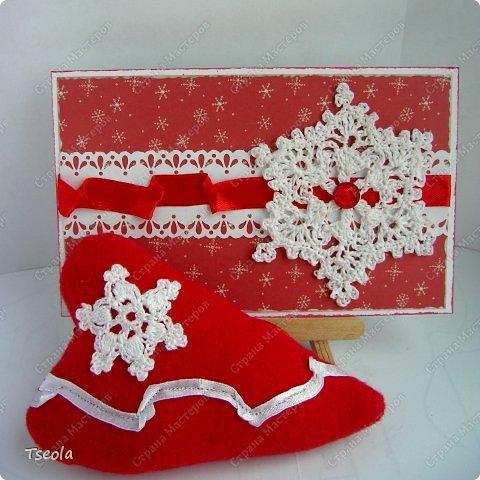 Всем доброго времени суток! Сегодня мои снежинки полетели к своей новой хозяйке, и когда я вышла с почты - пошёл снегопад! Думаю, это хороший знак - письмо дойдёт без помех. Ирина (Голубка) может вдохновить и зарядить энергией, поэтому мои снежинки связались в день объявления конкурса: открытка (моё новое увлечение)  и сердце. Получился небольшой красно-белый дуэт, надеюсь, понравится.  Обе схемы  взяла и интернете, я люблю правильные шестиугольные снежинки.  фото 1