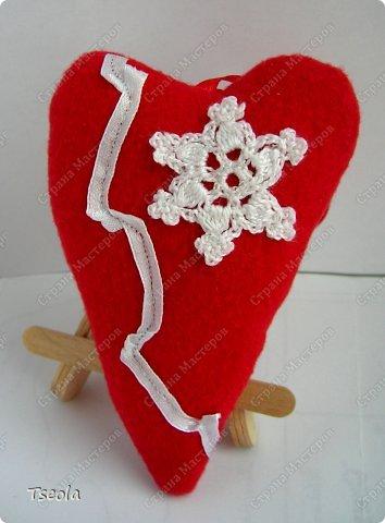 Всем доброго времени суток! Сегодня мои снежинки полетели к своей новой хозяйке, и когда я вышла с почты - пошёл снегопад! Думаю, это хороший знак - письмо дойдёт без помех. Ирина (Голубка) может вдохновить и зарядить энергией, поэтому мои снежинки связались в день объявления конкурса: открытка (моё новое увлечение)  и сердце. Получился небольшой красно-белый дуэт, надеюсь, понравится.  Обе схемы  взяла и интернете, я люблю правильные шестиугольные снежинки.  фото 3