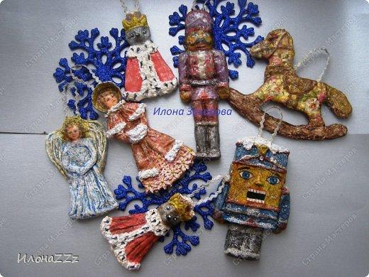 Среди моих ассоциаций с Новым годом есть и такая - Щелкунчик. С детства люблю  волшебную музыку  Чайковского. Вот и получился такой тематический набор елочных игрушек.