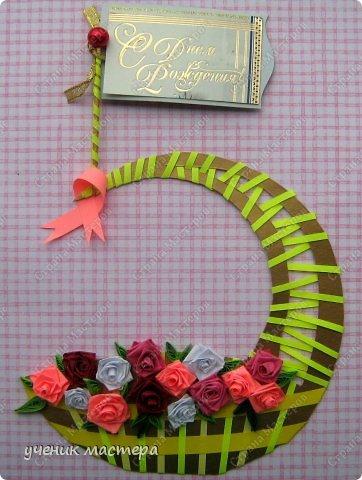 """Подарок """"два в одном"""": и пятерочка, и корзина с розами."""
