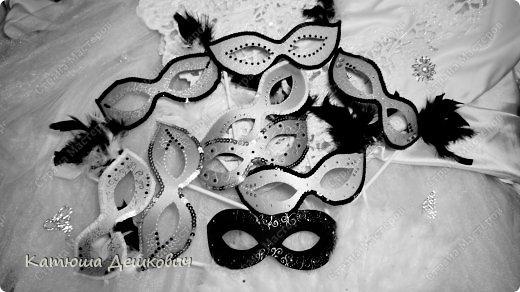 Вот такие масочки получильсь  меня для карнавала. На фото все женские и одна мужская внизу. Всего масок около 35 штук. Честно признаюсь - делала очень долго около 2-х дней включая пол-ночи. Дались они мне нелегко. Жалко фото в цвете получились какие-то мрачные, поэтому не выкладываю. На на самом деле женские маски - золото, серебро, а мужские - матовые черные. фото 1