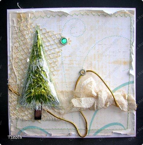 Всем доброго времени суток! Мои новенькие открыточки. Первая - одна из моих любимых, эклектичная, сборный микс. Главная роль отведена ёлочке - прошитый на машинке треугольник из пластиковой обложки для книг с мишурой. Думаю, сделать серию с такими ёлочками... фото 1