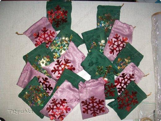 На новогодний огонек для дочки(10класс) приготовила сувениры-сюрпризы для беспроигрышной лотереи. Сувениры решили убрать в непрозрачные мешочки.  фото 2