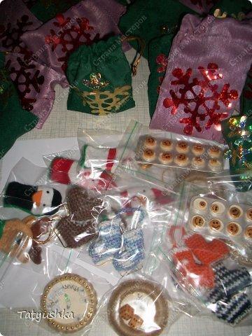 На новогодний огонек для дочки(10класс) приготовила сувениры-сюрпризы для беспроигрышной лотереи. Сувениры решили убрать в непрозрачные мешочки.  фото 5