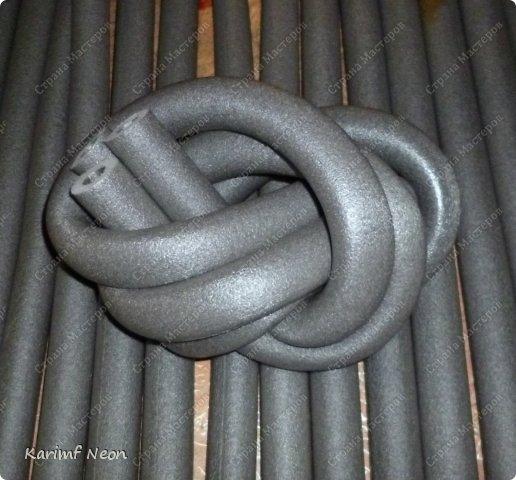 Подушка-коврик сделана из поролоновых трубочек.  Такие трубки используются для утепления водопроводных труб. Продаются в строительных магазинах. Стоят, просто копейки. Вся подушка обошлась в 100 руб.  фото 17