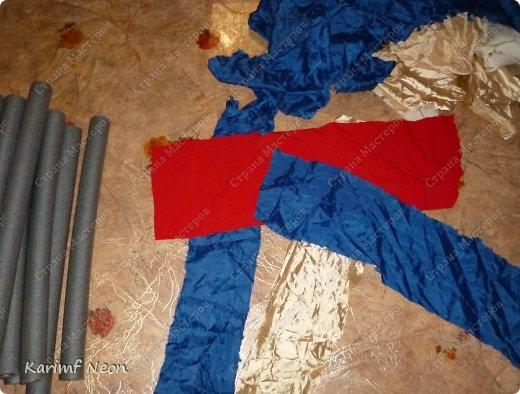 Подушка-коврик сделана из поролоновых трубочек.  Такие трубки используются для утепления водопроводных труб. Продаются в строительных магазинах. Стоят, просто копейки. Вся подушка обошлась в 100 руб.  фото 4