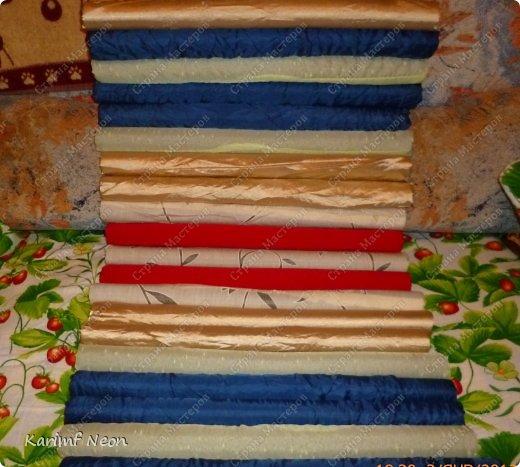 Подушка-коврик сделана из поролоновых трубочек.  Такие трубки используются для утепления водопроводных труб. Продаются в строительных магазинах. Стоят, просто копейки. Вся подушка обошлась в 100 руб.  фото 10