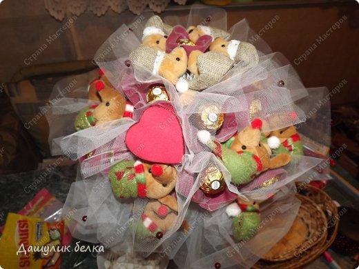 букет из конфет и игрушек))