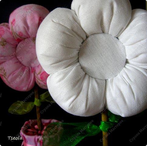 Всем доброго времени суток! Время летит быстро, уже скоро и 8 марта. Все прекрасно знают, как взлетают цены на цветы перед праздником, и мне жалко семейного бюджета на этот красивый, но недолгий букет. нашла фото этих цветочков в Инете, думаю, они станут хорошей альтернативой настоящим цветам, ведь в них будет теплота ваших рук. фото 12
