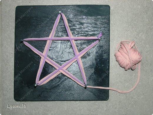Приветики! Мой папа, по моей просьбе, сделал для Лидочки тренажёр. Мы учимся ниточкой рисовать пятиконечную звезду. Набиваем руку, потом на бумаге будет рисовать легче-лёгкого! фото 5