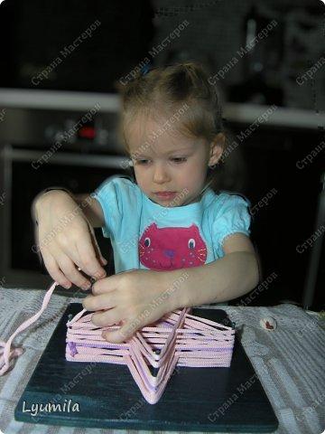 Приветики! Мой папа, по моей просьбе, сделал для Лидочки тренажёр. Мы учимся ниточкой рисовать пятиконечную звезду. Набиваем руку, потом на бумаге будет рисовать легче-лёгкого! фото 6